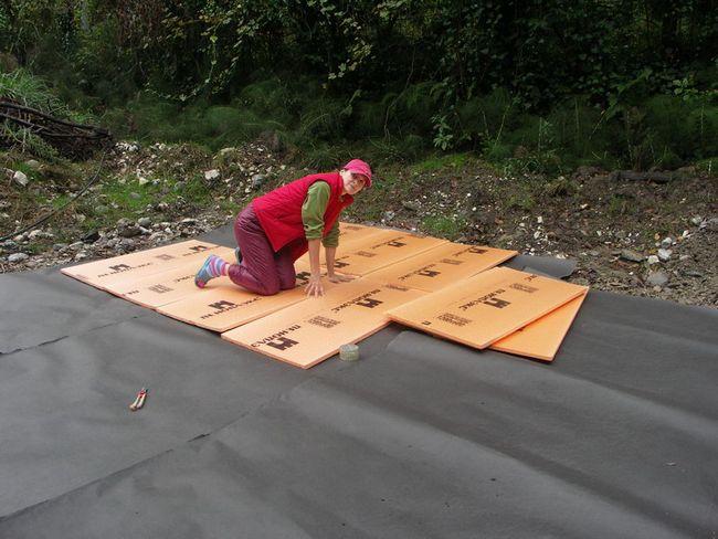Поверх песчаной подушки следует уложить слой утеплителя